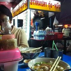 Photo taken at ข้าวต้มปลาลุงโย by Meawie.wieee on 8/23/2012