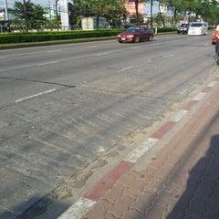 Photo taken at ตลาดรามอินทรา กม.4 (Rarm Intra km.4 Market) by Donlaya Y. on 10/24/2011
