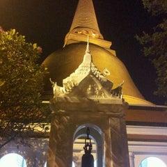 Photo taken at วัดพระปฐมเจดีย์ฯ (Wat Phra Pathom Chedi) by Gybzy B. on 4/2/2012