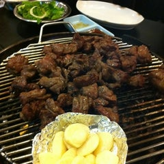 Photo taken at Honey Pig Gooldaegee Korean Grill by Jonghoon C. on 11/17/2011