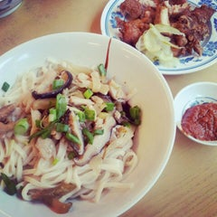 Photo taken at Restaurant Taiwan Noodle House 台湾面食 by Kimberly L. on 4/15/2012