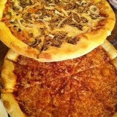 Photo taken at Satchel's Pizza by rocío aracelis ú. on 8/20/2012