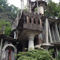 Photo taken at Jardin Edward James Xilitla by Israel A. on 4/5/2012