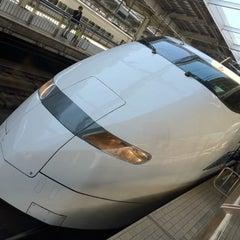 Photo taken at JR 新大阪駅 25-26番線ホーム by Masashi K. on 2/19/2012