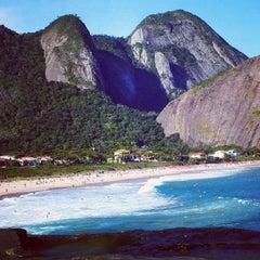 Photo taken at Praia de Itacoatiara by GuiadeNiteroi.com on 9/7/2012