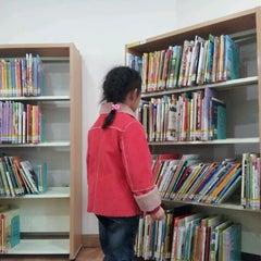 Photo taken at 해오름어린이도서관 by Steven K. on 3/3/2012
