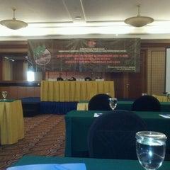 Photo taken at Menara Peninsula Hotel Jakarta by Gie J. on 10/24/2011