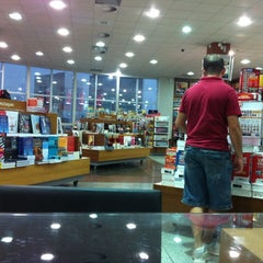 Photo taken at Livrarias Curitiba by Theo P. on 4/5/2012
