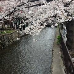 Photo taken at 四条大橋 by Kazuya N. on 4/6/2012