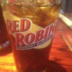 Photo taken at Red Robin Gourmet Burgers by Darrel R. on 1/21/2012