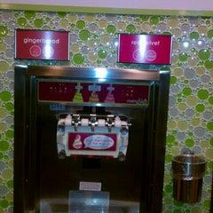 Photo taken at Menchie's Frozen Yogurt by Miriam W. on 12/14/2011