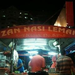 Photo taken at Nasi Lemak Zan by Rithauddin s. on 12/28/2011