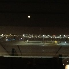 Photo taken at 国際線 JAL サクララウンジ (JAL Sakura Lounge - International Terminal) by Yoshita H. on 11/22/2011