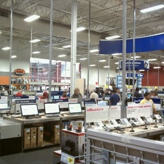 Photo taken at Best Buy by Matthias S. on 8/5/2012