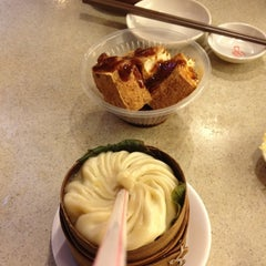 Photo taken at 南翔馒头店 | Nanxiang Steamed Bun Restaurant by Yang Y. on 4/30/2012
