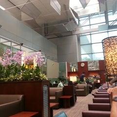Photo taken at KrisFlyer Gold Lounge (Terminal 3) by Jianhui H. on 9/12/2012