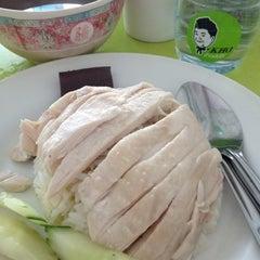Photo taken at โก๊ะ ข้าวมันไก่ (KHO Khao Man Gai) by Kitty-claire✨ on 8/1/2012