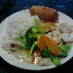 Photo taken at Full House Chinese Restaurant by Melissa H. on 12/6/2011