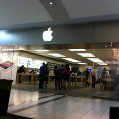 Photo taken at Apple Store, Dadeland by Gustavo A. on 5/16/2012