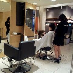 Photo taken at 준오헤어 (JUNO HAIR) by Yoon-seok O. on 10/2/2011