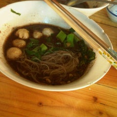 Photo taken at ก๋วยเตี๋ยวเรือ12บาท by Bunny S. on 10/5/2011