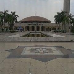 Photo taken at Masjid Raya Sabilal Muhtadin by wahyuningtyas k. on 8/25/2011