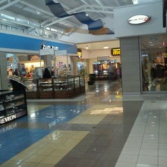 Photo taken at Mall Multicentro by Andres T. on 8/20/2011