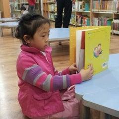 Photo taken at 해오름어린이도서관 by Steven K. on 10/15/2011