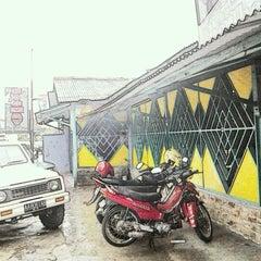 Photo taken at Siomay & Batagor Mang Mudi by Ari D. on 11/18/2011
