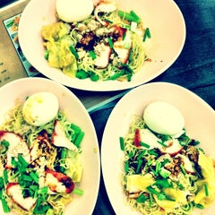 Photo taken at บะหมี่ไข่ลุงเฉื่อย (Lung Cheay Egg Noodles) by Aprilider on 12/18/2011