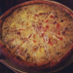 Photo taken at Artichoke Basille's Pizza & Bar by Chepe A. on 10/20/2011