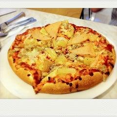 Photo taken at Vivo American Pizza & Panini by Minnnn🌸 on 4/27/2011