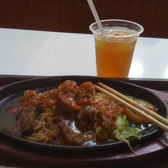 Photo taken at Pepper Lunch by Diah P. on 3/22/2012
