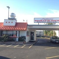 Photo taken at Bellaire Broiler Burger by Jennifer on 8/16/2012