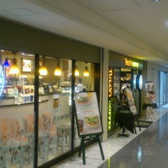Photo taken at TULLY'S COFFEE 飯田橋ガーデンエアタワー店 by Nobita on 9/4/2012