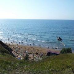 Photo taken at Playa Atxabiribil / Arrietara Hondartza by Guía Bilbao on 8/1/2012