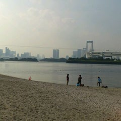 Photo taken at お台場海浜公園 (Odaiba Marine Park) by H&M on 10/10/2011