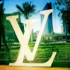 Photo taken at Louis Vuitton Las Vegas CityCenter by SAMe .. on 5/17/2012