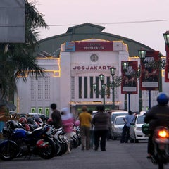 Photo taken at Stasiun Yogyakarta Tugu by JOEWANA on 5/22/2011