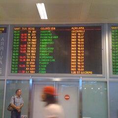 Photo taken at Dış Hatlar Geliş Terminali by Pelin A. on 5/25/2012