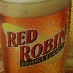 Photo taken at Red Robin Gourmet Burgers by Lealofi on 8/2/2012