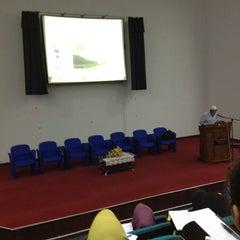 Photo taken at Auditorium Perpustakaan Sultanah Nur Zahirah, UMT by Wajdi U. on 9/4/2012