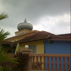 Photo taken at Masjid Kg Bahagia, Teluk Intan by Arif on 9/2/2011