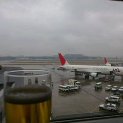 Photo taken at 国際線 JAL サクララウンジ (JAL Sakura Lounge - International Terminal) by Akira M. on 3/9/2012