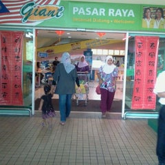 Photo taken at Giant Hypermarket by Ikma A. on 12/30/2011