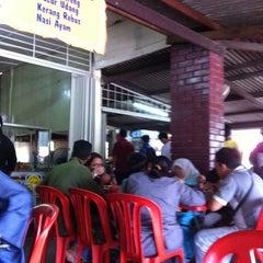 Photo taken at Kuih Udang + Nasi Ayam Tepi Padang,semenyih by Faizal R. on 12/30/2010