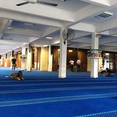 Photo taken at Masjid Saidina Abu Bakar As-Siddiq (مسجد سيدنا ابو بكر الصديق) by IbnMulk on 8/14/2012