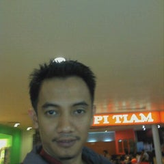 Photo taken at Salon Rudy by Rudy Hadisuwarno by Iswan M. on 4/3/2012
