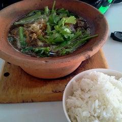 Photo taken at หมูตุ๋น เนื้อตุ๋น ยาจีน by Prapon K. on 7/23/2012