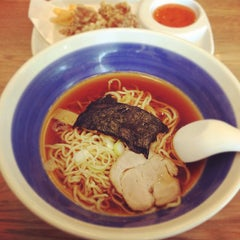 Photo taken at Hachiban Ramen (ฮะจิบัง ราเมน) by JaneJenn S. on 3/23/2012